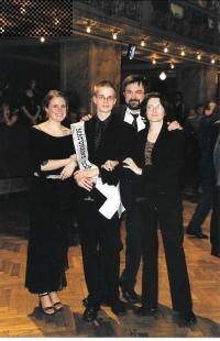 Na maturitním plese syna Oty s manželkou a dcerou Adélou, Praha 2003