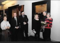 Na výstavě Muchy s (zleva) Evou Molnár ze Spolku Bohemia, kurátorkou Martou Sylvestrovou a Johnem a Sarah Muchovými, Budapešť 2009