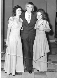 Maturitní ples na gymnáziu, Alice Miklós (zleva), Magda Geri (zprava), Fiľakovo 1976