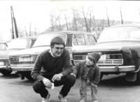 Před nástupem na vojenskou službu s dcerou Adélou, Janovice 1. dubna 1984