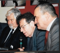 Zleva Petr Pithart, György Konrád a Karel Schwarzenberg, Budapešť 2004