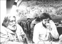 Jako referent MKS (Maďarské kulturní středisko) v rozhovoru s Sándorem Sárou, maďarským režisérem a dokumentaristou, hospoda na Bílé Hoře, Praha 1988