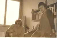 Vlevo s kamarádem Gáborem Farnbauerem na koleji Větrník-jih, Praha asi 1977