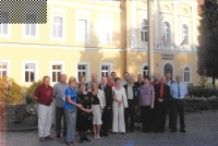 Setkání maturantů po 30 letech před budovou gymnázia, Fiľakovo 2006