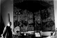 Mikuláš Medek při přípravě velkého obrazu pro kancelář ČSA, ateliér v Letohradské 5, Praha asi 1965