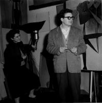 Mikuláš a Emila Medkovi v ateliéru po malíři Čumpelíkovi, Praha Letná 1967