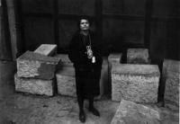 Emila Medková s fotoaparátem na Kampě, Praha 1962 Fotografovala dcera Eva Kosáková