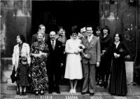 Svatba Evy a Petra Kosákových, vedle Evy otec Petra MUDr. Viktor Kosák, za ním Emila Medková, matka Evy, vedle Petra jeho sestra Eva, Praha 1978
