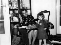 Dcera Adéla s babičkou Emilou Medkovou, Vánoce, Praha 1980