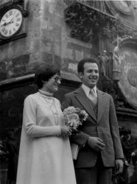 Svatební fotografie Evy a Petra Kosákových, 21. dubna 1978 před Staroměstskou radnicí, Praha