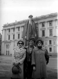 Kolegyně s Leninem jako pozadím, Eva Kosáková vpravo, 1976