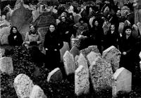 Kolektiv soutěžící o titul Brigáda socialistické práce na židovském hřbitově, Eva Kosáková druhá zprava vzadu, 1977
