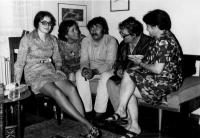 Eva Kosáková zleva, Pavel Landovský uprostřed, vedle něj Mikuláš a Emila Medkovi, Praha 1973