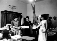 Eva Kosáková první vpravo se spolupracovnicemi z kolektivu soutěžícího o titul Brigáda socialistické práce, Praha 1977