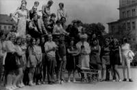 Se spolužáky ze SUPŠ , nahoře první vlevo v brýlích, 1972