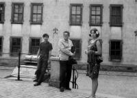 Na výletě v Kutné Hoře. Zleva Jan, syn Ivana Medka, Mikuláš Medek a Eva Kosáková, asi 1965