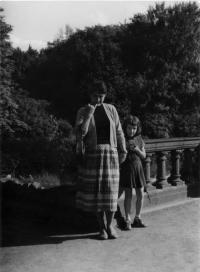 Na výletě ve Veltrusích, Eva Kosáková s mámou Emilou Medkovou, 1958