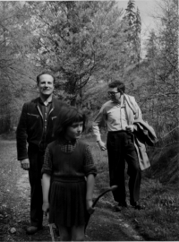 Dědeček Josef Tláskal zleva, Eva Kosáková, otec Mikuláš Medek na výletě, 1958