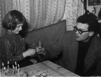 Eva Kosáková slaví 6. narozeniny s tátou Mikulášem Medkem, Praha 1958