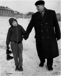Eva Kosáková  s dědečkem Josefem Tláskalem, Praha, asi 1959