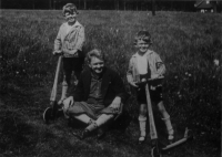 Rudolf Medek se syny Ivanem vlevo a Mikulášem vpravo, asi 1932