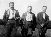 Rudolf Medek uprostřed s přáteli Vítězslavem Nezvalem vlevo a Jaroslavem Seifertem vpravo, asi 1925