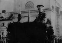 Rudolf Medek hovořící z tribuny k legionářům, 1925