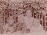 Míla Brynychová Slavíčková s dětmi Evou, Jiřím a Janem Slavíčkovými, asi 1905 Fotografoval malíř Antonín Slavíček
