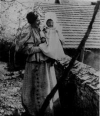 Míla Brynychová Slavíčková s prvorozenou dcerou Evou Slavíčkovou, provdanou Medkovou, 1896