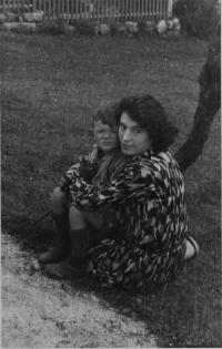 Eva Medková, rozená Slavíčková, se synem Mikulášem, 1931