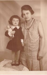 Emila s babičkou Emílií Tláskalovou, Praha 1930