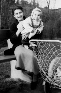 Emila Medková s dcerou Evou Kosákovou, Praha 1952