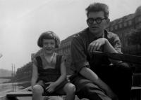 Eva Kosáková na lodičkách s tátou Mikulášem Medkem, Praha 1958