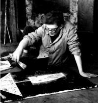 Mikuláš Medek při práci se špachtlí, ateliér Letná, Praha asi 1965/66