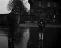Jako desetiletá s otcem, fotoaparát byl dárek k narozeninám, na Kampě, Praha 1962 Autorka fotografie Emila Medková