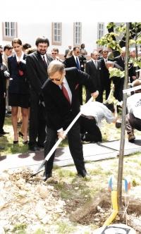 Tlumočení při setkání sedmi prezidentů, Václav Havel sází strom, Litomyšl 1994