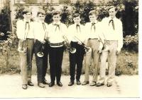 V Pionýru, Evžen Gál (druhý zprava) jako člen fanfárové kapely, Fiľakovo, 1969