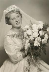 Alena Hudcová na svatební fotografii (1962)