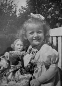 Marianna Pevná s panenkou, kterou držela v náručí na liberecké ulici během náletu
