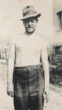 Otec Jaroslav po opuštění bunkru (1945)