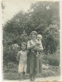 Malý Franz s matkou a bratrem Erichem, 1932
