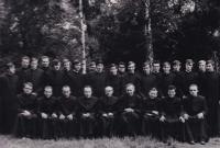Foto studentů bohoslovců (Josef Dolista - druhá řada, sedmý zleva)