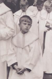 Josef Dolista jako ministrant v 60. letech 20. století