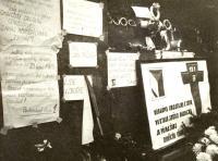 Tryzna za Jana Palacha, plakáty na podstavci pomníku sv. Václava