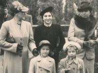 Hana jako dítě vlevo, její matka vlevo ve světlém kabátě za jejími zády