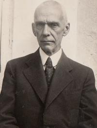 Sergej Vladimirovič Marakujev, dědeček Anastasie Kopřivové, odjel v době bolševické revoluce odjel do Prahy jako obchodní zástupce a poté se už nemohl vrátit do Ruska. Patřil mezi stovky ruských emigrantů, které v květnu 1945 zatkla sovětská kontrarozvědka. Rodina až po roce 1989 zjistila, že zemřel krátce po svém zatčení.