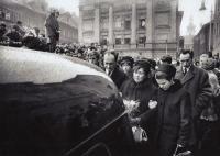 Libuše Palachová na pohřbu svého syna, vpravo farář Jakub Trojan.