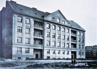 Profesorský dům v Rooseveltově ulici čp. 597 nechalo postavit Česko-ruské profesorské stavební a bytové družstvo podle návrhu ruského architekta Vladimíra Alexandroviče Brandta, který přenášel na ČVUT. V domě dokončeném v roce 1925 žila ruská inteligence, při návštěvě Prahy v něm pobýval i nositel Nobelovy ceny, spisovatel Ivan Bunin.