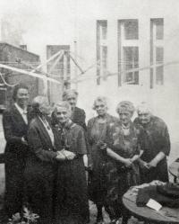 Poslední fotografie ruské pedagožky Vladimírovny Žekuliny (první vpravo) na dvoře Profesorského domu před jejím odjezdem do Belgie v roce 1949. Většina Rusů byla ze svých domů v Dejvicích a Bubenči na začátku 50. let vystěhována.