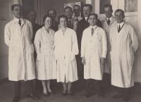 Vasilij Vukolov, otec pamětnice Anastasie Kopřivové (vlevo), byl významným botanikem ve Státním výzkumném ústavu zemědělském (dnes Ústav organické chemie a biochemie AV ČR) na Flemmingově náměstí v Dejvicích. Do Prahy přišel v roce 1921 v rámci pomocné akce pro mladé muže, kteří bojovali na straně bělogvardějců proti bolševikům. V Praze vystudoval zemědělské inženýrství na ČVUT.
